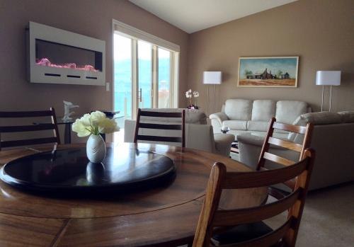 A Lakeview Heights Dining Room