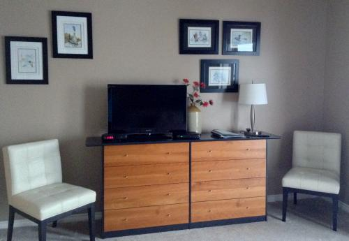 Lakeview Room. Sitting Area & HDTV