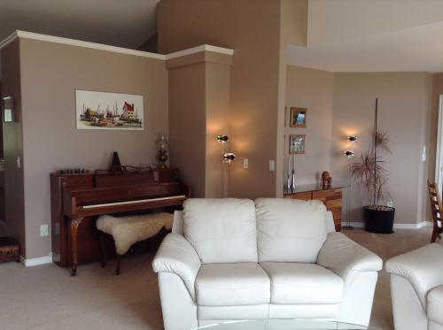A Lakeview Heights Relaxing Living Room