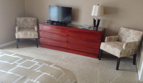 Panorama Room - Sitting area w/ HDTV