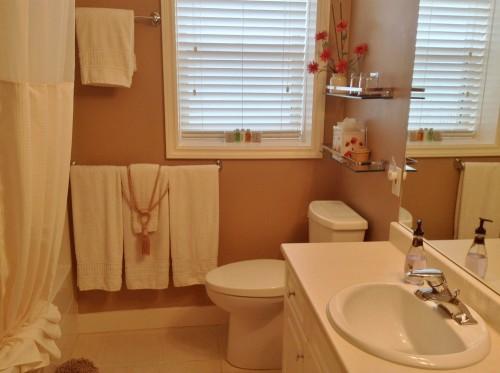 Lakeview Room ensuite bathroom